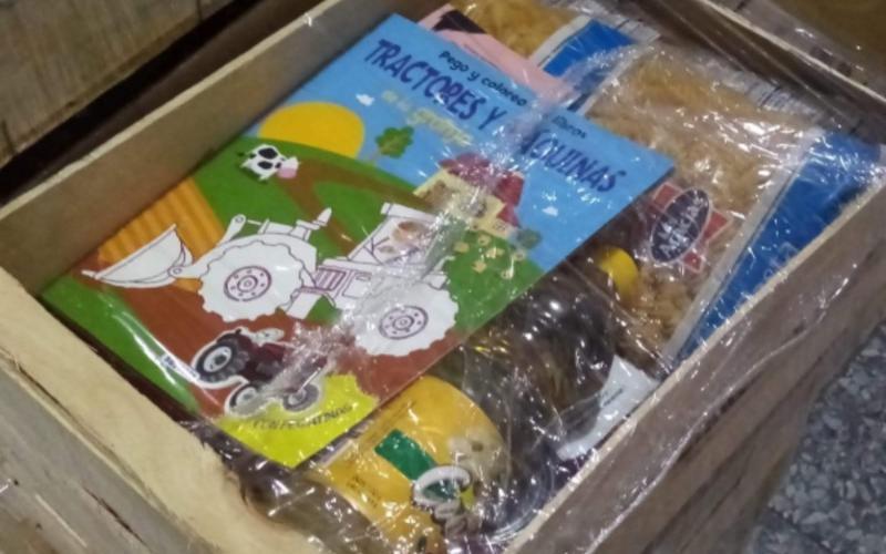 La IM hace entrega de libros en las canastas alimentarias